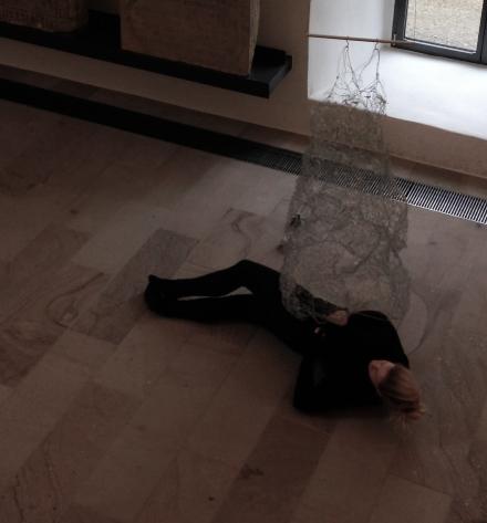 Am 24.11 2014 zog ich unbemerkt das Kunstwerk von Andrea Dedio in der Ausstellung `Kunst in der Region' imKloster Gravenhorst an.